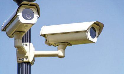 Paradosso a Fara: telecamere senza corrente, la sicurezza si affida a delle batterie