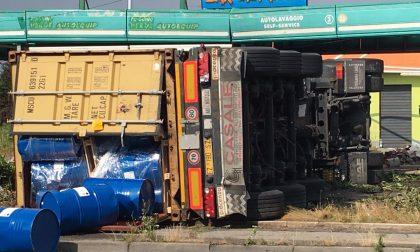 +FOTO+ Perde il controllo del Tir e si ribalta nell'autolavaggio – TreviglioTv