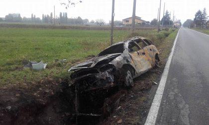 Casirate : Si ribalta nel fosso e l'auto esplode, conducente vagava in stato confusionale