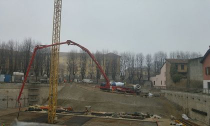 Piazza Setti: 700 metri cubi di cemento, la maxi colata fa storcere il naso ai commercianti – TreviglioTV