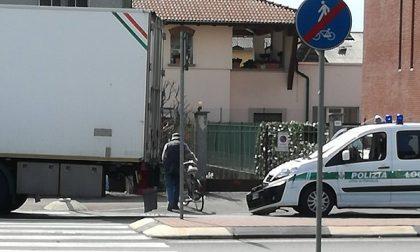 Treviglio: Tir scappa all'alt e si schianta… ma contro  l'auto dei vigili – TreviglioTV