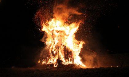 A Calvenzano brucia la Vègia: si ripete una tradizione antichissima