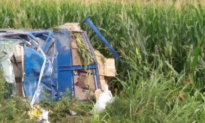 Camion esce di strada, distrutto. Grave 49enne. FOTO