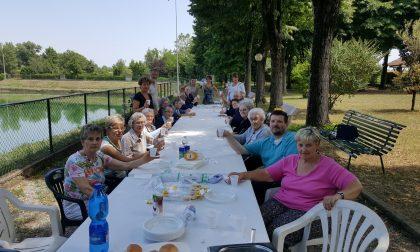 Gli ospiti delle Opere Pie al laghetto per il pranzo