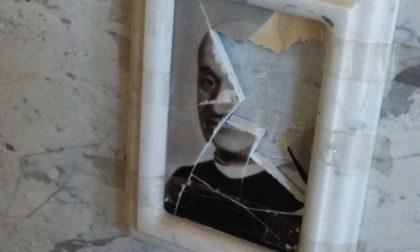 Vandali al cimitero, danni alla tomba di don Mario Bergamaschi