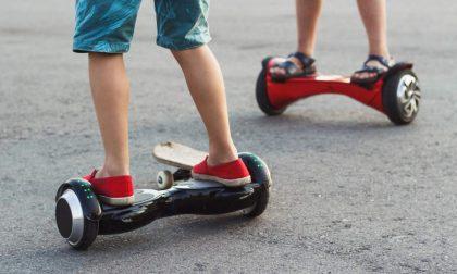 Sull'hoverboard in mezzo alla strada: la moda pericolosa dei giovanissimi
