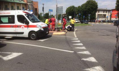 Schianto sulla rotonda di via Bergamo, paura per un motociclista