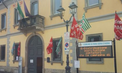 I dipendenti in piazza contro il Comune: la lotta per ottenere 100mila euro