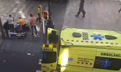 Terrore a Barcellona, furgone travolge la folla sulla Rambla: ci sono morti. E' attentato