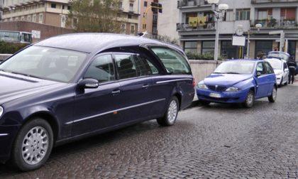 Tamponato il carro funebre sulla BreBeMi, funerale celebrato in ritardo
