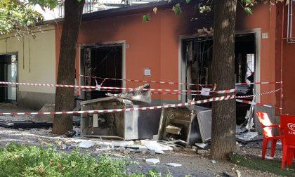 L'esplosione, poi l'incendio: distrutta nella notte una pizzeria in centro FOTO