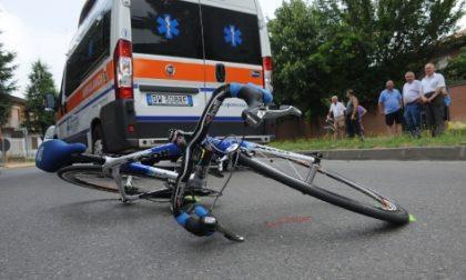 Investito da un'auto mentre era in bici, grave 41enne