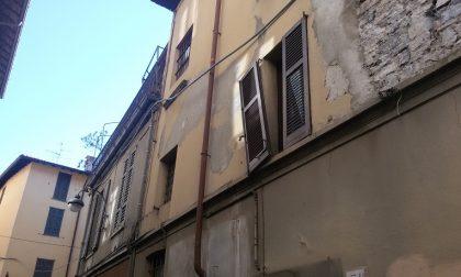 Persiane marce nelle case comunali di via Cavour, l'Amministrazione scarica il barile su gli inquilini