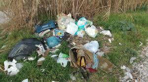 Abbandonano i rifiuti, inseguiti e multati