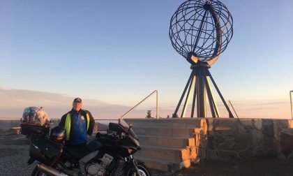 Il messo comunale va in vacanza, e festeggia in moto a Capo Nord