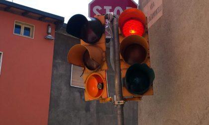 Odiati dai cittadini, distrutti dai vandali. Primi giorni infelici per i nuovi semafori in centro