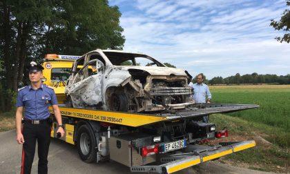 Auto in fiamme, all'interno un corpo carbonizzato FOTO