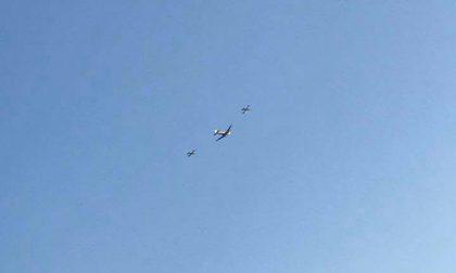 Spettacolo nei cieli: l'aereo storico (con due caccia) sorvola la pianura per il giro del mondo