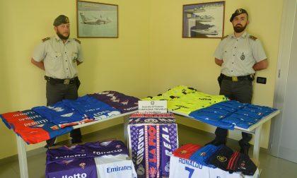Abbigliamento sportivo contraffatto sequestrato dalla Guardia di Finanza