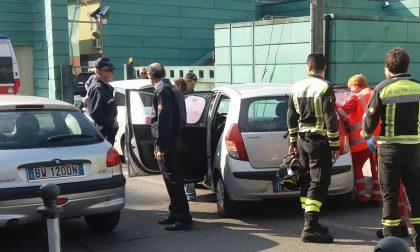 Bimba di due anni chiusa in auto, salvata dai pompieri