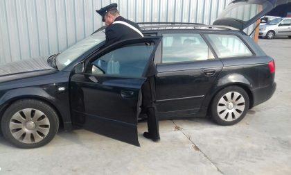 Auto rubata in strada, in due scappano nei campi