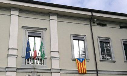 La bandiera catalana esposta in Comune, si riaccende la polemica