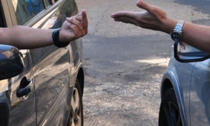 Lite per un parcheggio, 62enne si rompe il femore