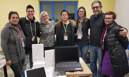L'associazione dei genitori regala pc e tablet alle scuole del paese