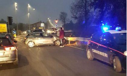 Auto contro guardrail disagi per il traffico