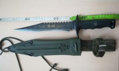 """Con un coltello da """"Rambo"""" in giro per il paese"""