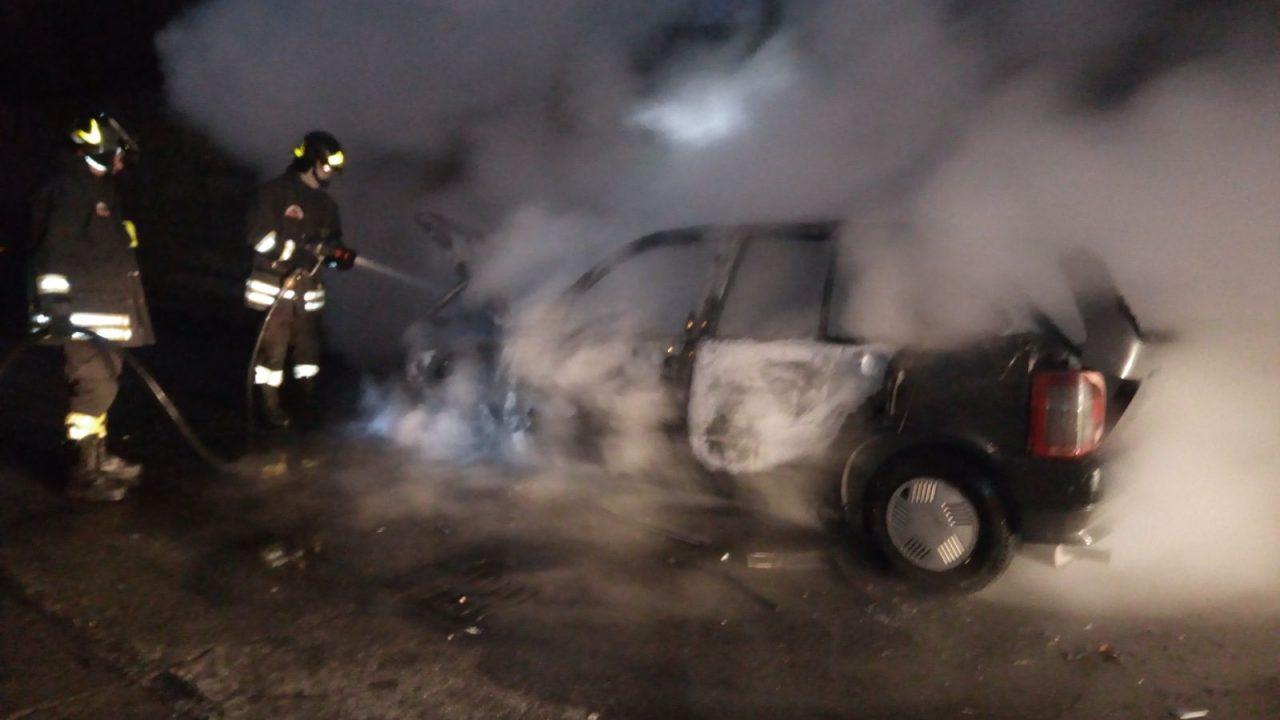 Auto prende fuoco a Calcio