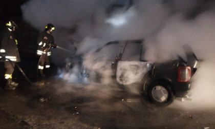 Auto prende fuoco in pieno centro FOTO