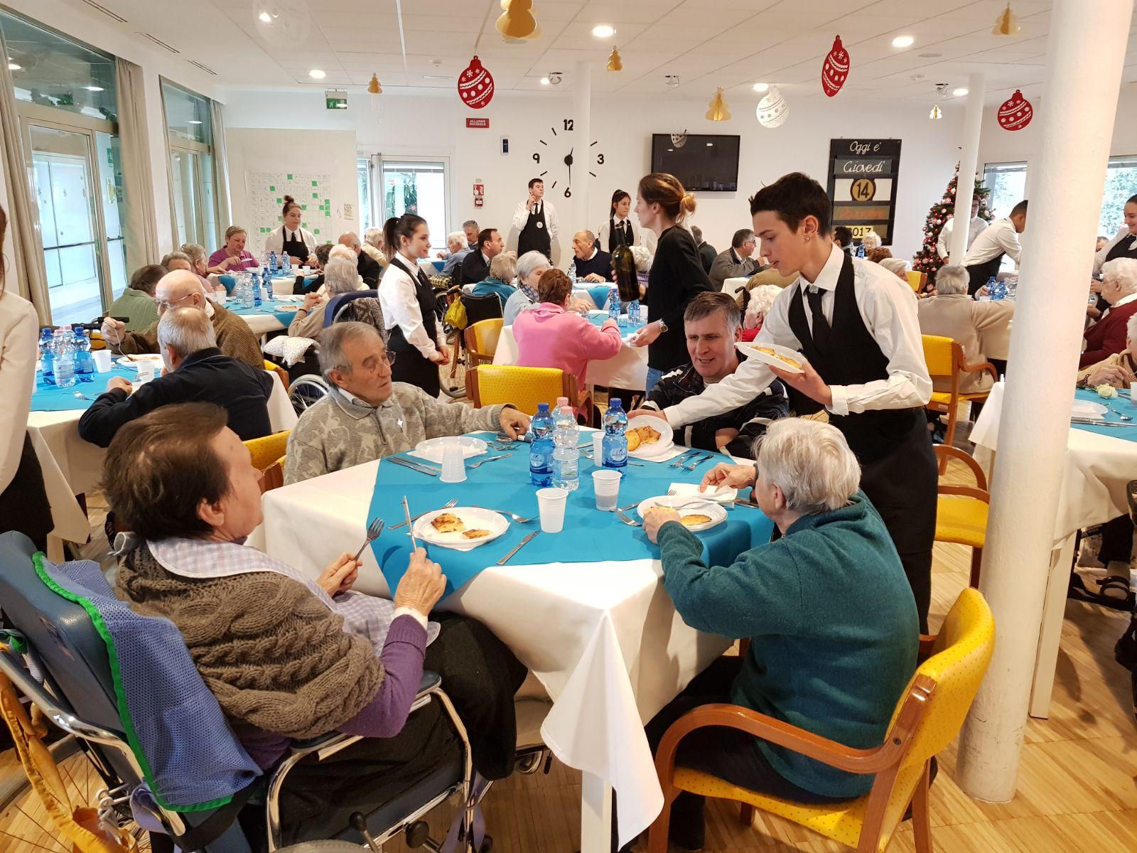 Pranzo di natale per gli ospiti della fondazione anni sereni foto giornale di treviglio - Menu per ospiti a pranzo ...