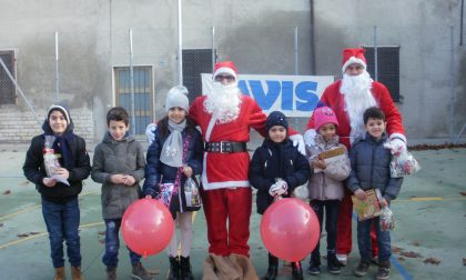 Babbi Natale Avis e Aido regalano dolci e matite ai bimbi