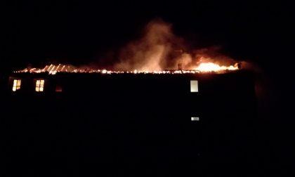 Incendio in cascina, danni ingenti FOTO e VIDEO