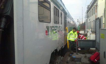 Tenta di salvarla: coppia di anziani travolta dal treno