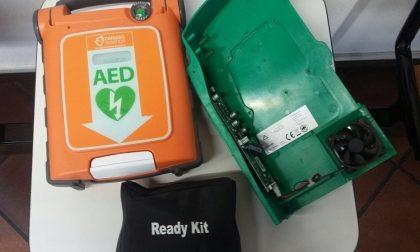 Rompe il defibrillatore con un pugno, ora dovrà ripagarlo