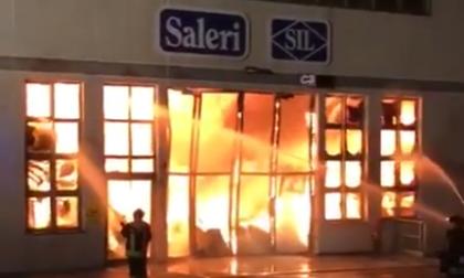 Spaventoso incendio nel bresciano VIDEO
