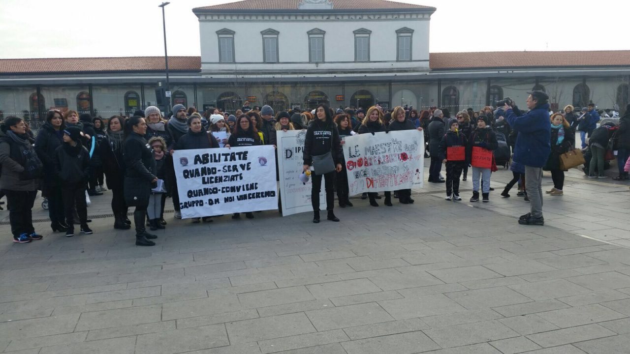 diplomati magistrali girotondo di protesta a Bergamo