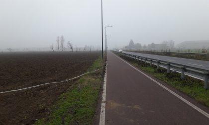 Via Brignano, i ladri lasciano (ancora) al buio la pista ciclabile