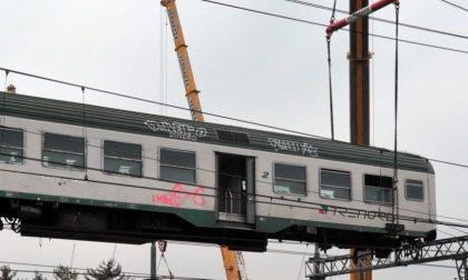 Treno deragliato a Pioltello, rimosse le prime carrozze FOTO