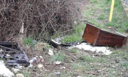 Treviglio rifiuti abbandonati spunta anche un elemosiniere rubato in chiesa FOTO