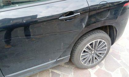 Auto rigate e minacce per il parcheggio conteso