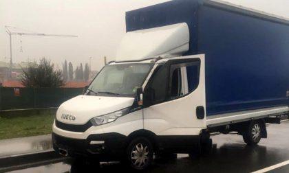 Ladri in via Roma, razzia su un furgone