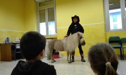 Che ci fa un cavallo in una seconda elementare? Il pony Patrick arriva in aula