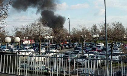 Auto in fiamme nel parcheggio della stazione