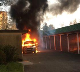Treviglio auto brucia arrivano i Vigili del fuoco