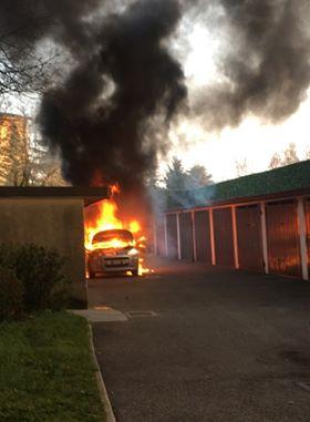 Auto in fiamme in centro, in tre all&#8217&#x3B;ospedale