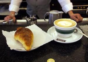 Carabinieri offrono la colazione a una donna affamata