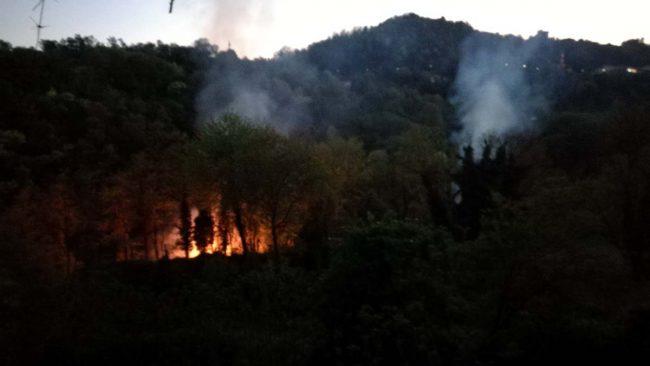 Incendio a Villa d&#8217&#x3B;Adda sulle sponde del fiume FOTO VIDEO